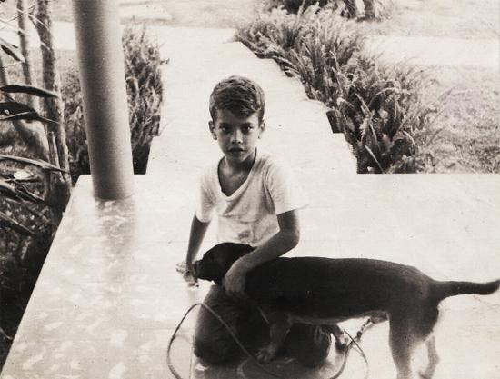 Cuando él tenía aproximadamente seis años de edad, con el perrito Boby. Foto: Cortesía de Adriana Pérez O´Connor.