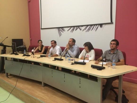 Jóvenes españoles con Fernando González, héroe antiterrorista cubano. Foto: EMBACUBA España / Cubadebate