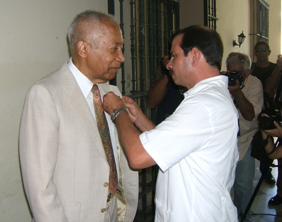 El vicepresidente del ICAP, Fernando González, impuso a Keith Ellis la Medalla de la Amistad, otorgada por el Consejo de Estado de la República de Cuba, a propuesta de ese instituto. Foto: Luis Toledo Sande.