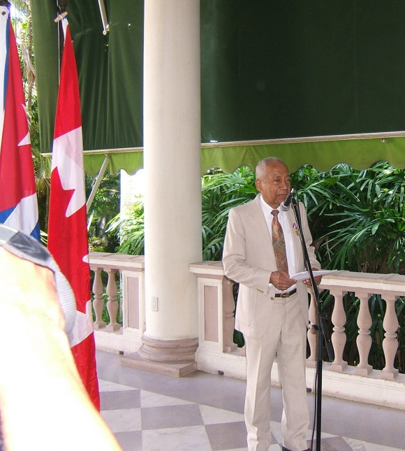 El reconocido investigador, hispanista, traductor de larga trayectoria académica, Keith Ellis, reclamó al presidente estadounidense Barack Obama que libere a los tres cubanos que continúan presos en su país. Foto: Luis Toledo Sande.