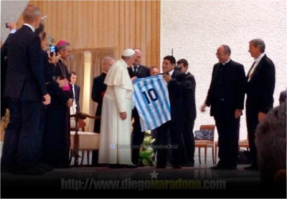 Maradona y el Papa en su encuentro del pasado lunes, previo al Juego por la Paz convocado por el pontífice. Foto: Sitio de Maradona en Facebook.
