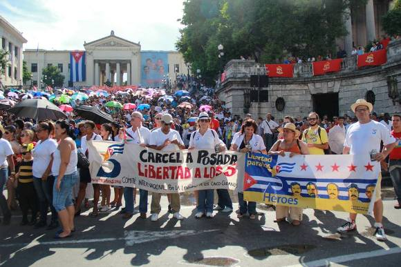 Estudiantes parten de la escalinata de la Universidad de la Habana. Foto: