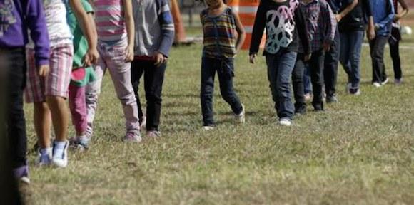 Menores migrantes indocumentados en Brownsville, Texas, detenidos por la Patrulla Fronteriza luego de llegar a Estados Unidos sin la compañía de familiares adultos. Foto Ap / Archivo