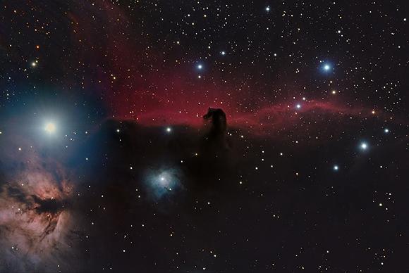 Nebulosa Cabeza de Caballo (IC434), Shishir y Shashank Dholakia (15 años), Estados Unidos. Foto tomada con un refractor triple Astro-Tech 111mm f/7, montura Orion Atlas EQ-G, y cámara SBIG ST-8300M, varios tiempos de exposición.