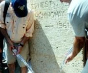 Patrick (D) y John (I) Hemingway, nietos del novelista estadounidense Ernest Hemingway, depositan una ofrenda floral en la glorieta dedicada a su abuelo en el  pueblo costero de Cojímar, como tributo por el aniversario 80 de la llegada del novelista norteamericano  a La Habana, en el simbólico yate El Pilar.  Cojimar, La Habana, Cuba, 8 de septiembre de 2014.   AIN FOTO/Oriol de la Cruz ATENCIO/