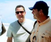 Patrick (I) y John (D) Hemingway, nietos del novelista estadounidense Ernest Hemingway, arriban a la localidad capitalina de Cojímar a bordo de una flotilla de embarcaciones para celebrar el aniversario 80 de la llegada de su abuelo a La Habana en el simbólico yate El Pilar. Cojimar, La Habana, Cuba, 8 de septiembre de 2014.   AIN FOTO/Oriol de la Cruz ATENCIO/