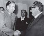 El dictador Augusto Pinochet saluda a Henry Kissinger.