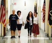Solidarios en los pasillos del Congreso. Foto: Bill Hackwell.