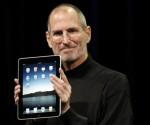 Steve Jobs muestra un iPad. Foto: AP (Archivo).