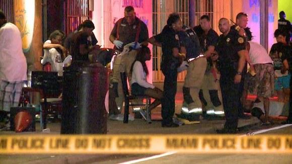 miamia.jpg Esta captura de video muestra al personal de emergencia afuera del club The Spot, luego del tiroteo registrado la madrugada. Foto Ap