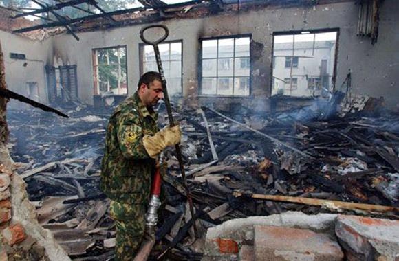 Un bombero en los restos del gimnasio donde mantuvieron a los rehenes. Foto: EFE.