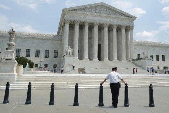 Un vigilante frente al Tribunal Supremo estadounidense, en Washington, el 27 de mayo de 2014. Foto: AFP.