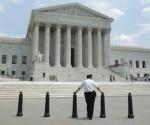 Un vigilante frente al Tribunal Supremo estadounidense, en Washington, el 27 de mayo de 2014