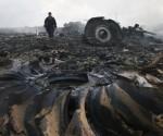 """El informe preliminar oficial señala que el siniestro en el que murieron 298 personas el pasado 17 de julio fue consecuencia de daños estructurales causados por """"un alto número de proyectiles que penetraron en el aparato desde el exterior"""". Foto / Reuters."""