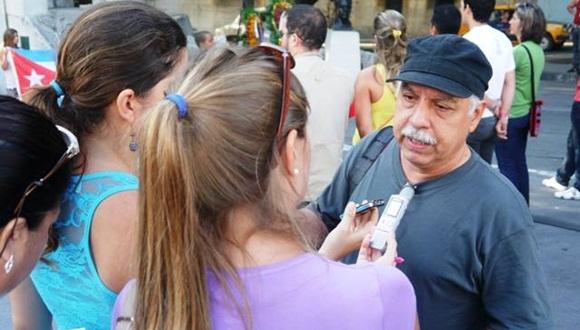 Los Estudiantes de la Universidad de La Habana compartieron momentos con el realizador cubano Roberto Chile.