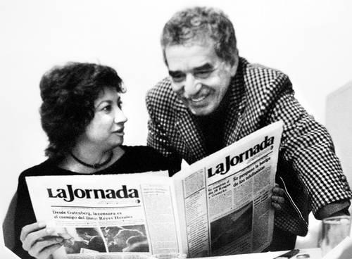 Carmen Lira Saade, hoy directora general de La Jornada, con Gabriel García Márquez en vísperas de la aparición del primer número de este diario, el 18 de septiembre de 1984 Foto: Archivo La Jornada