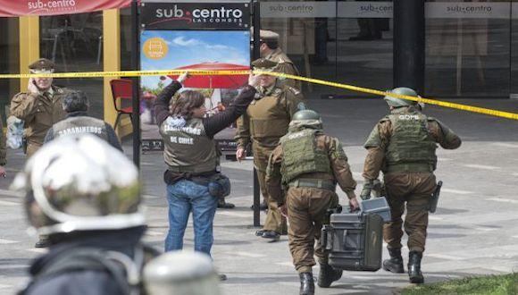 Los carabineros llegan a la zona de la explosión. Foto: Vladimir Rodas/ AFP.
