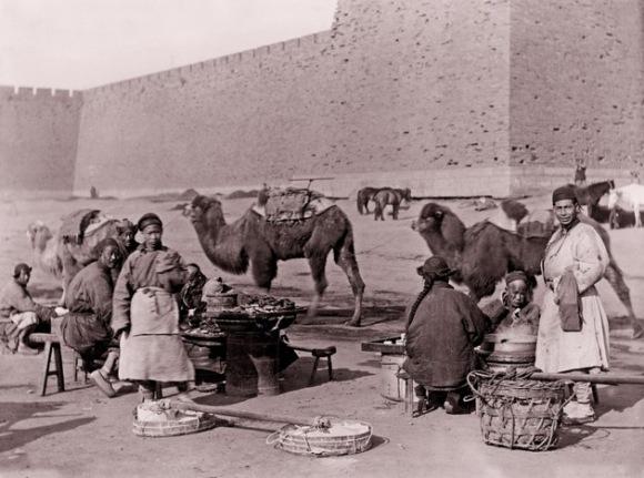 Comerciantes y puestos de comida a las puertas de Pekín. Foto sin fecha de Von Rosthorn. Foto: Austrian Institute for China and Southeast Asia Studies.