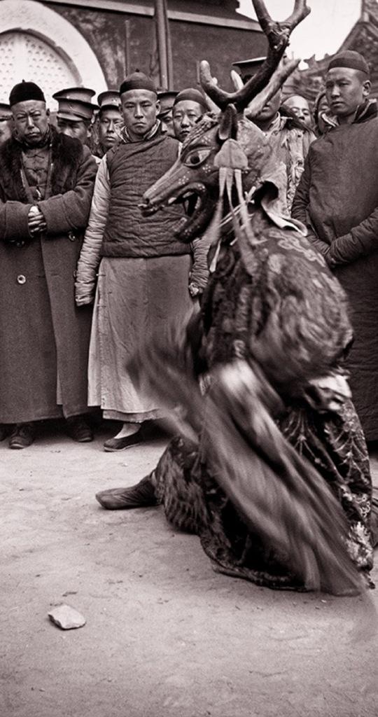 La danza ritual de un chamán, probablemente un budista del Tibet. La foto, de Von Perckhammer, probablemente fue tomada en el Templo Amarillo cerca de la Puerta Anding que ya no existe. Foto: Austrian Institute for China and Southeast Asia Studies.