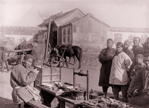 Puestos de comida callejeros junto s las murallas de la ciudad, ya derribadas. Foto sin fecha tomada por Von Rosthorn. Foto: Austrian Institute for China and Southeast Asia Studies.