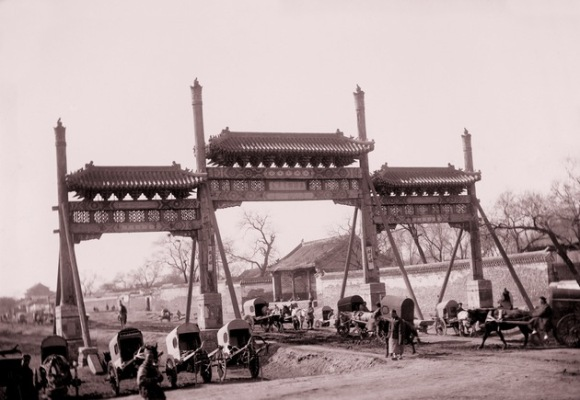 Triple arcada en la avenida Changan, ahora principal arteria entre este y oeste de Pekín. Foto sin fecha de Von Rosthorn. Foto: Austrian Institute for China and Southeast Asia Studies.