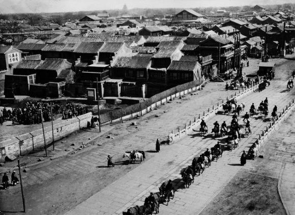 El emperador chino pasa por el sur de Pekín, tras la supresión del Levantamiento de los bóxers. La foto fue tomada por Von Rosthorn en 1901. Foto: Austrian Institute for China and Southeast Asia Studies.