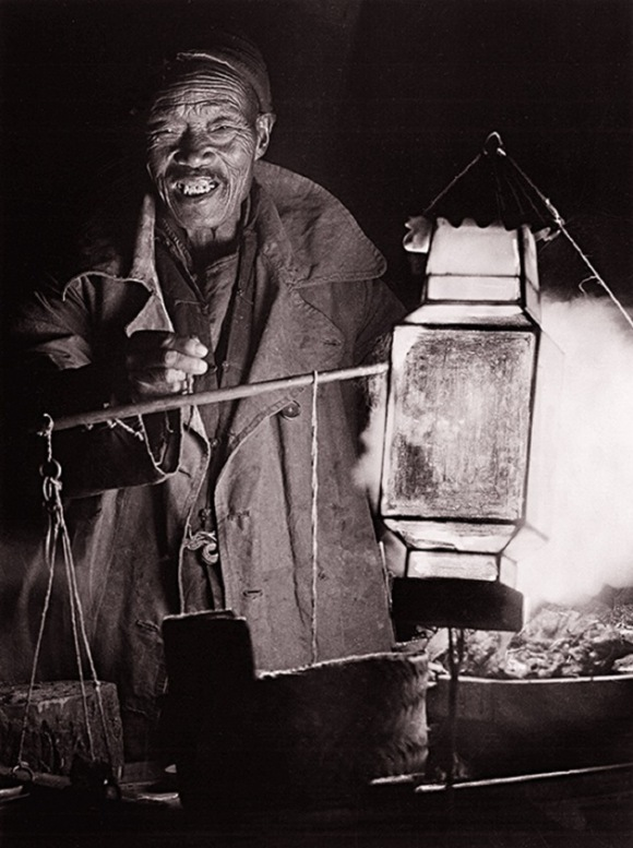 El mercado de noche en Pekín, inmortalizado por Heinz von Perckhammer, que vivió allí en 1914-1927. Tras el colapso del Imperio Austro-Hungaro se quedó a vivir allí como fotógrafo. Foto: Austrian Institute for China and Southeast Asia Studies.