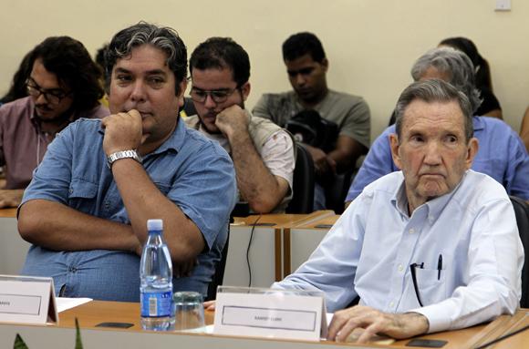 Raúl Capote, ex agente Daniel de la Seguridad del Estado infiltrado en la CIA y Ramsey Clark, ex fiscal general de los Estados Unidos. Foto: Ladyrene Pérez/Cubadebate.