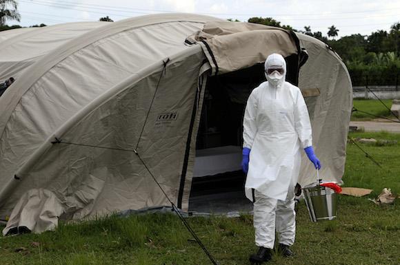 Especialistas de la organización Médicos sin Fronteras, más expertos de Brasil y Estados Unidos participan este miércoles en la capacitación de colaboradores cubanos que viajarán a Sierra Leona para atender a pacientes con ébola. Foto: Ladyrene Pérez/ Cubadebate