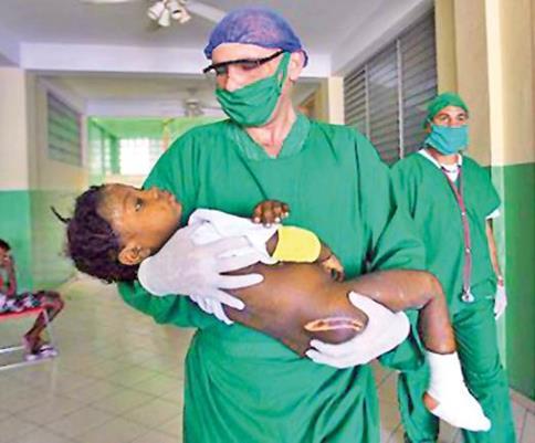 Ante la creación de la Escuela Latinoamericana de Medicina en Cuba, un gran número de médicos han realizado labor social en el continente africano.