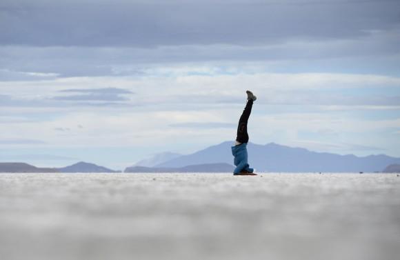 Este excursionista realiza una posición de yoga mientras se encuentra en Uyuni, Bolivia. Foto: AFP / Franck Fife