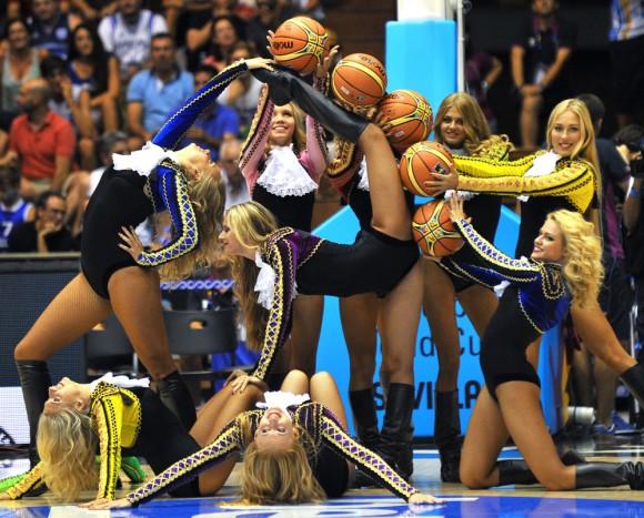 Foto: Las animadoras del campeonato de Mundial de baloncesto entre Croacia y Puerto Rico. AFP / Cristina Quicler