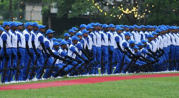 Foto: Toda la polícia de Sri Lanka toman sus posiciones durante el aniversario 148 del departamento. AFP / Ishara S. kodikara