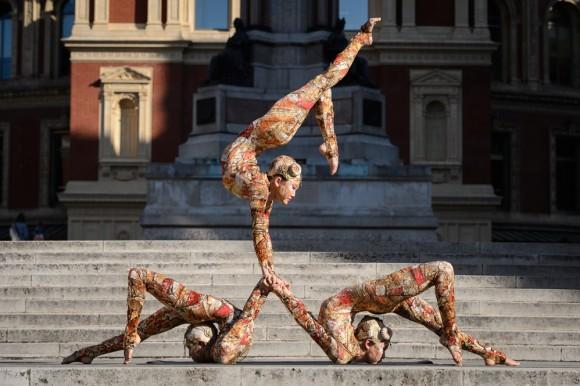 Foto: Trabajadores del Cirque du Soleil posan para los fotógrafos en una rueda de prensa para promover su próximo espectáculo. AFP / Leon Neal
