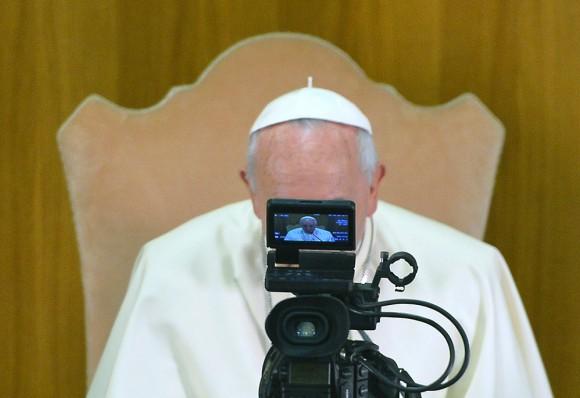 Foto: Reflejo del papa en una cámara durante su audiencia en el Vaticano. AFP / Vicenzo Pinto