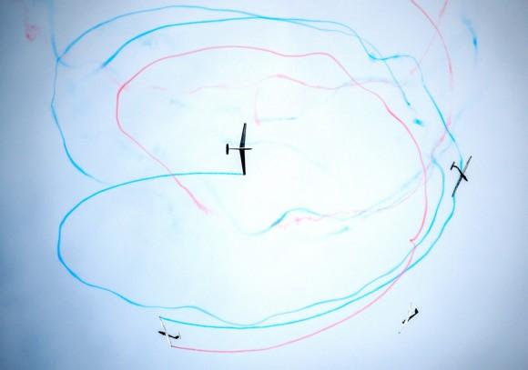 Foto: En el International Air Fest Siaf, un grupo de aviadores realiza sus piruetas. AFP / Joe Klamar