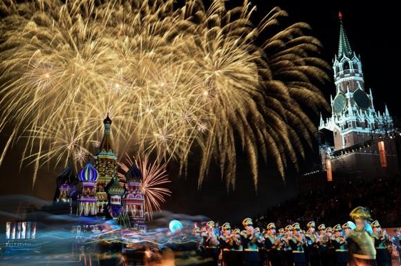 """Foto: Fuegos artificiales alumbran el cielo de Moscú durante el festival """"Spasskaya Tower"""" en la catedral de San Basilio. AFP / Kirill Kudryavtsec"""