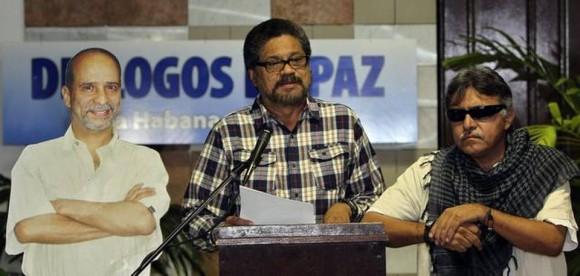 El segundo jefe de las FARC, Iván Márquez (cen.), lee un comunicado junto a una imagen del guerrillero preso en EEUU, Simón Trinidad, el martes en el Palacio de Convenciones de La Habana.Fotos: Alejandro Ernesto/EFE