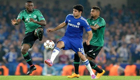 Diego Costa, del Chelsea, ante Chinedu Obasi del Schalke 04 durante el partido de este miércoles de la Liga de Campeones. Foto / EFE.