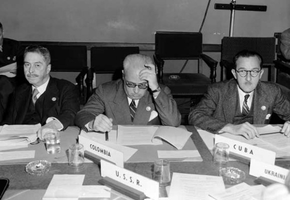 25 de abril de 1945 - Conferencia de San Francisco, reunión de la Comisión  IV (Judicial Organization), Committee 1 (International Court of Justice) (left to right): Mr. Miguel Cruchaga (Chile); Mr. Eduardo Zuleta Angel (Colombia); and Mr. Ernesto Dihigo Lopez Trigo (Cuba). (Photo Credit: UN Photo)