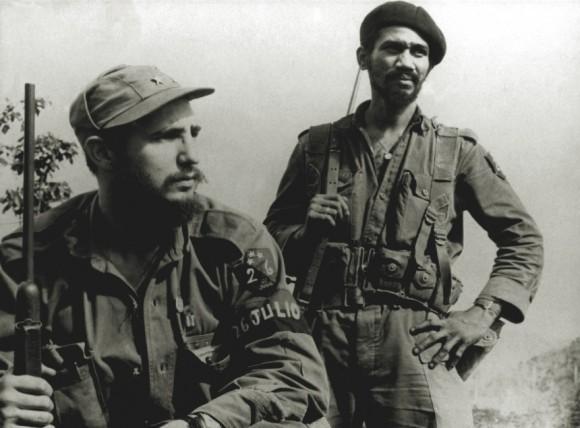 Juan Almeida Bosque junto al Comandante en Jefe, Fidel Castro. Foto: Archivos históricos.