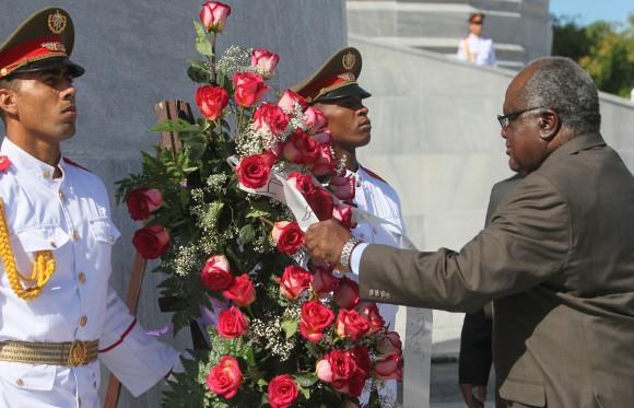 Hifikepunye Pohamba , presidente de la República de Namibia depositó una ofrenda floral en el Memorial José Martí. Foto: Ismael Francisco/ Cubadebate.