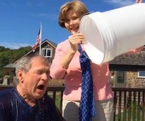 Laura Bush vierte un cubo de agua fría al ex Presidente George W. Bush, que aprovecha la publicidad del momento. Foto tomada del video en Youtube