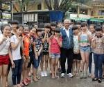 Ivan Nápoles, junto a niños vietnamitas.