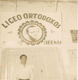 Autor en local del Liceo Ortodoxo de Arroyo Arenas.