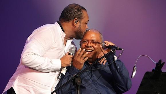 El cantante y compositor cubano Pancho Céspedes (i) fue registrado este sábado al besar al cantautor Pablo Milanés (d), durante una presentación en La Habana (Cuba). Foto: