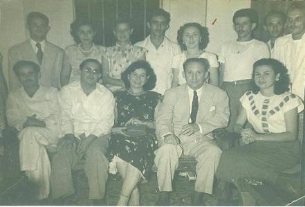 """Foto tomada en 1948 al constituirse un Comité del Partido Ortodoxo, presidido por Eduardo Chibás. Todos son compañeros que trabajaban en la perfumería """"FIBAH"""". Aparecen junto a nosotros: Juan Manuel Márquez, el primero sentado de izquierda a derecha; el cuarto, también sentado, Manuel Bisbé, Senador de la República. El 4to de izquierda a derecha, de pie, el autor. Foto: Liceo Ortodoxo."""