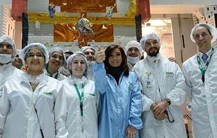 Cristina junto al equipo de desarrollo y control del satélite argentino