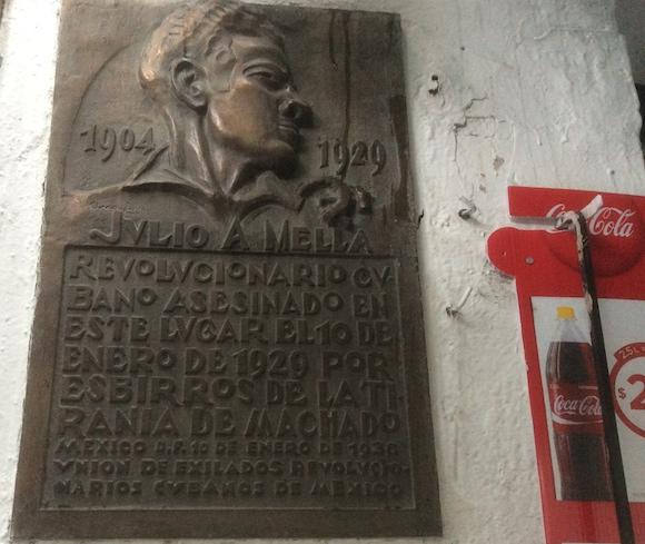 La tarja que pagaron los emigrados revolucionarios cubanos para recordar el asesinato de Julio Antonio. El cartel de la Coca-Cola pertenece al local donde antiguamente estaba ubicada una panadería.