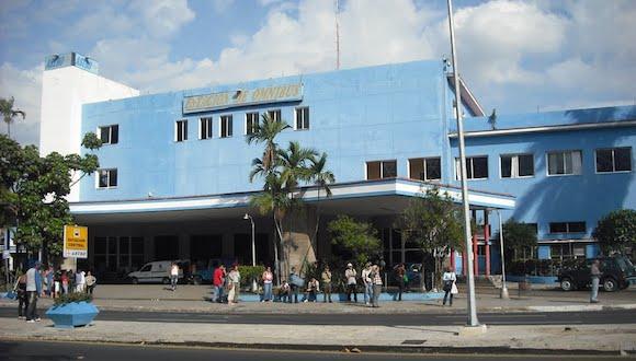 La entrada principal de la Terminal de Ómnibus por la calle Boyeros, en La Habana. Foto: Radio Ciudad de La Habana.